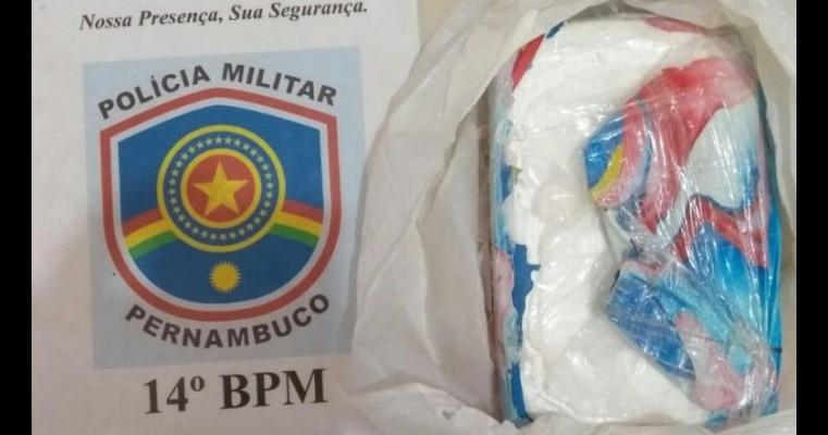 Homens são presos em flagrante após arremessar 1,068kg de cocaína para fora do carro em Betânia/PE