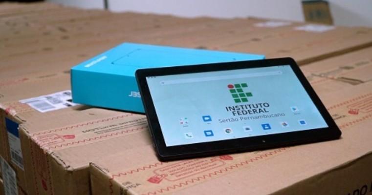 Campus Salgueiro do IF Sertão-PE entrega tablets e chips com acesso à internet aos estudantes