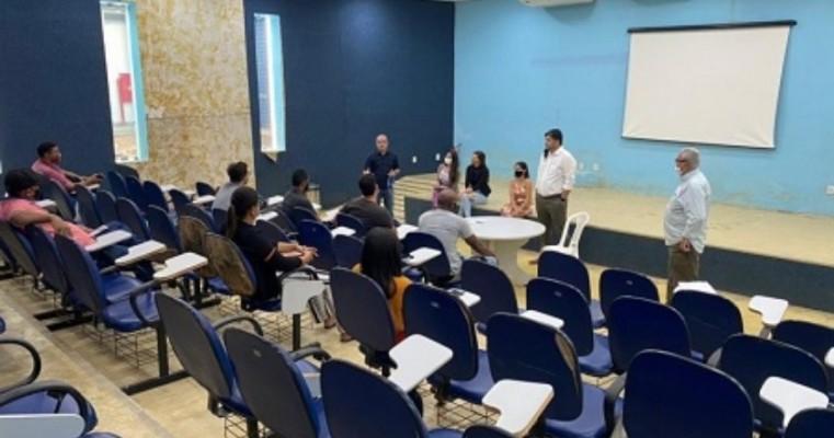 Prefeitura de Serra Talhada reúne empresários do ramo de hotelaria para orientações sobre o CADASTUR