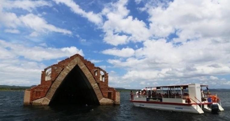 """Em Pernambuco, """"Atlântida brasileira"""" atrai curiosos com ruínas submersas"""