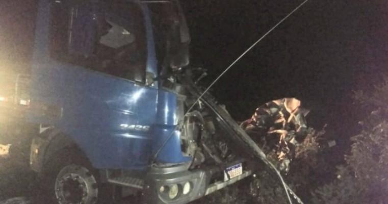 Colisão entre carro e caminhão deixa quatro mortos no município de Floresta-PE