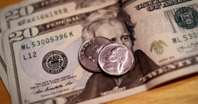 Mercado externo influencia dólar, que fecha o dia estável