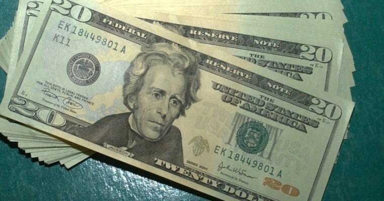 Dólar sobe para R$ 5,49, mas cai pela quarta semana seguida