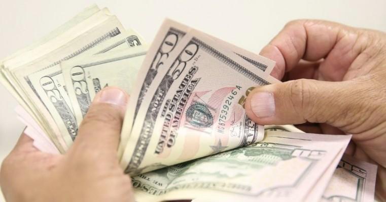 Dólar volta a cair e fecha no menor valor desde janeiro