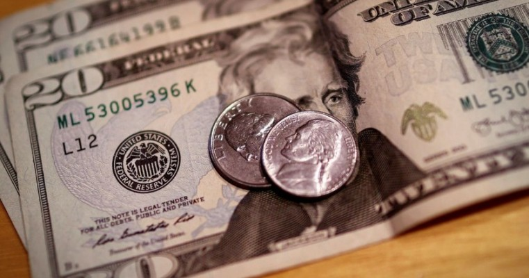Dólar sobe para R$ 5,43, mas tem primeira queda mensal desde dezembro