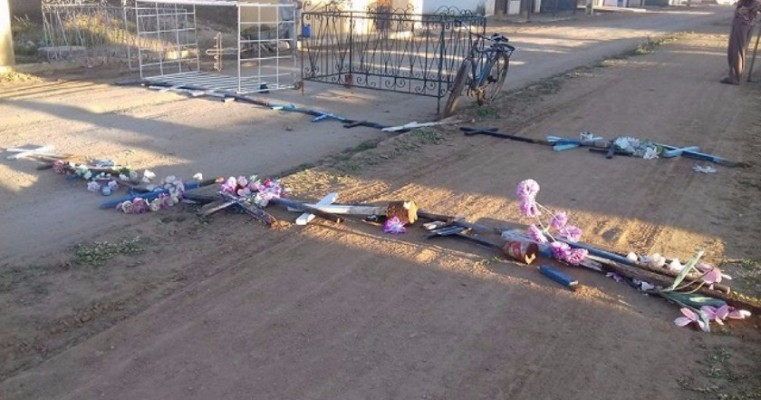 Desrespeito aos mortos: vândalos interditam rua com cruz do cemitério de Sipaúba-Bodocó-PE