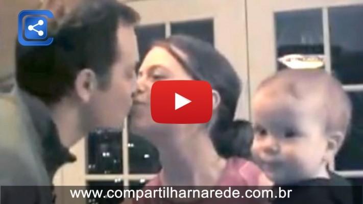 Veja a reação do filho quando os Pais se Beijam