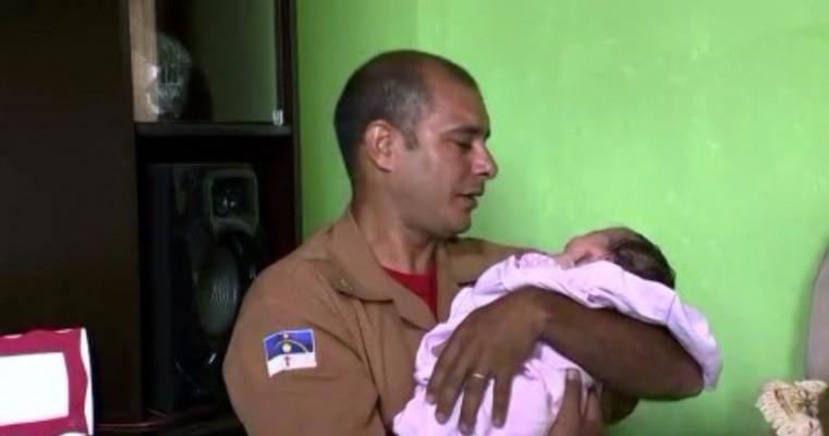 Bombeiro encontra bebê que ajudou a salvar por telefone em Pernambuco