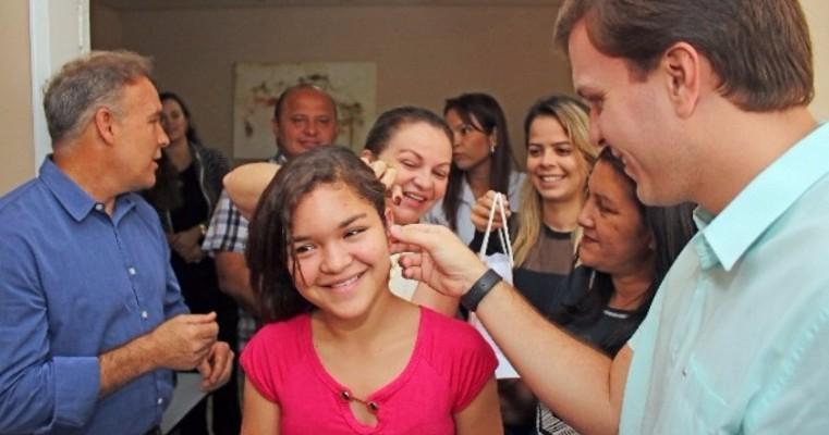 Emoção marca entrega de aparelhos auditivos a pacientes de Petrolina