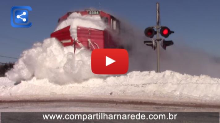 Trem corta neve igual uma faca