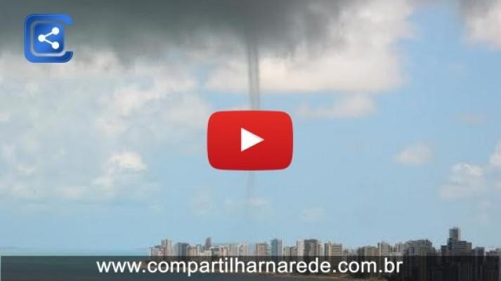 MINI TORNADO DE VÁRIOS ÂNGULOS - Rajada de vento arrasta objetos e assusta banhistas em Piedade