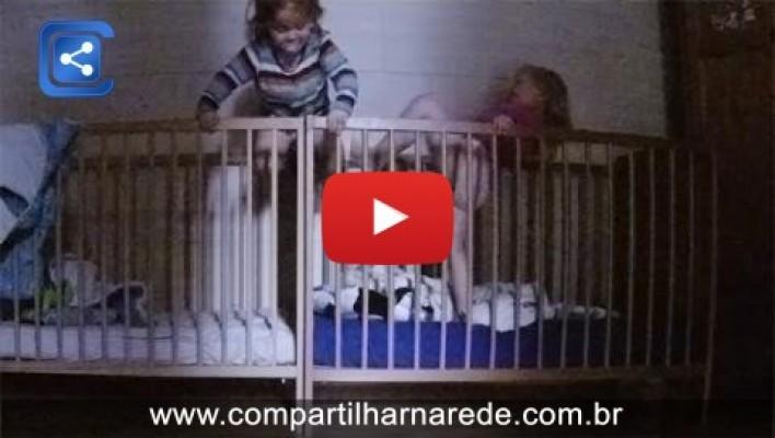 Mãe deixa câmera escondida e flagra o que as filhas gêmeas fazem antes de dormir