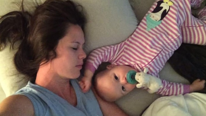 Mãe Filma Seu Bebê Que a Impede de Dormir a Todo Custo. Vídeo Virou Sensação na Internet