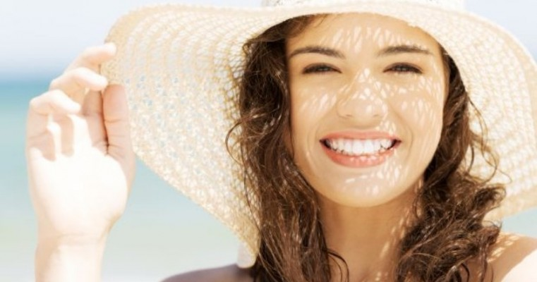 Sol seca espinhas? Entenda a influência do verão na saúde da pele.