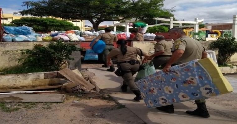 Policiais Militares de Araripina entregam doações a famílias de Bodocó
