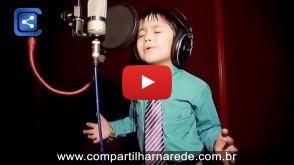 Ele só tem quatro anos, mas a forma como canta este clássico é espectacular!