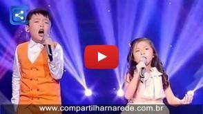 A voz do menino é belíssima, mas quando a pequena começa a cantar… WOW!